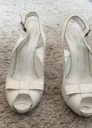 Белые туфли с бантиком на каблуке