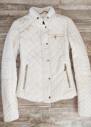 Брендовая бежевая стеганная куртка zara