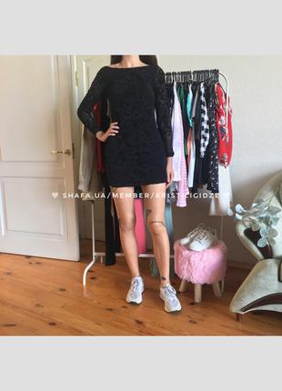 Шикарное черное приталенное короткое платье с узорами