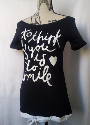 Удлиненная черная футболка с буквенным принтом