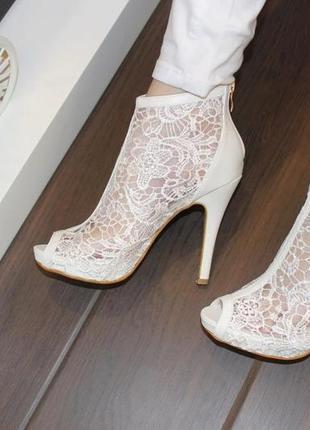 Женские белые кружевные высокие закрытые босоножки на каблуке