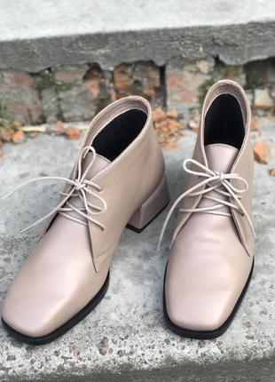 Женские демисезонные ботинки на шнурках латте