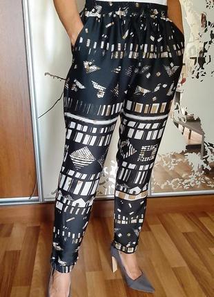 Красивейшие легкие черные брюки джоггеры с принтом