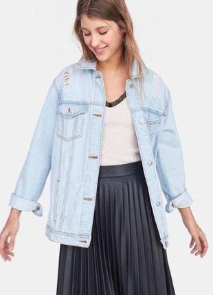 Блакитна джинсова куртка з потертостями від stradivarius