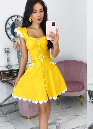 Стильное желтое джинсовое платье на пуговицах с ружевом