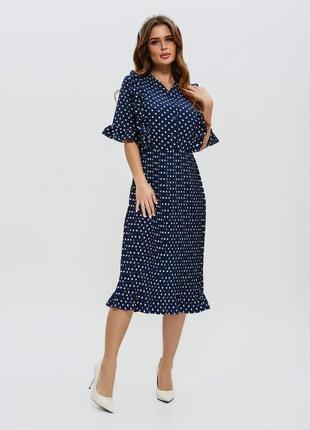 Приталенное темно-синее платье с плиссировкой в горошек
