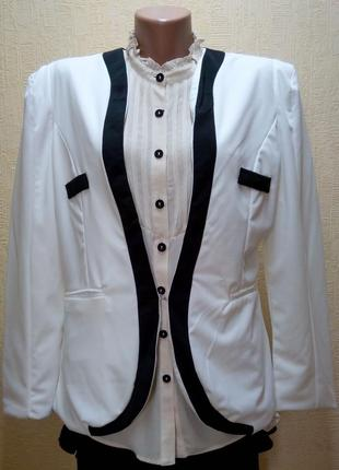 Белый пиджак с черной отделкой