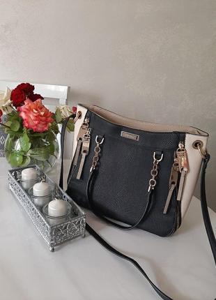 Чорна сумка із бежевими вставками та золотистою фурнітурою
