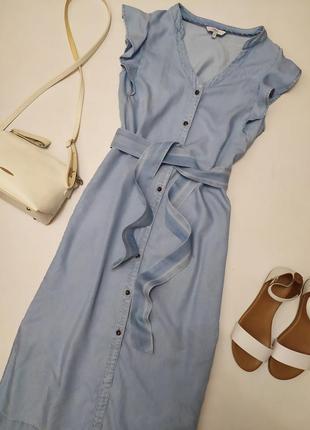 Красивое джинсовое платье миди на пуговицах с поясом
