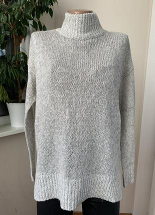 Серый свитер под горло