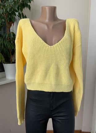 Жёлтый свитер с голым плечиком