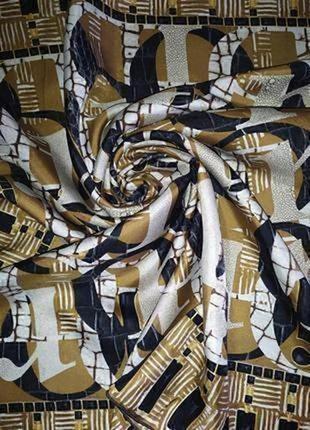 Прекрасный фирменный шелковый платок,шов роуль на лицо