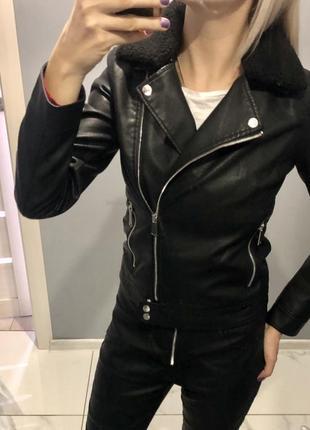 Стильная куртка косуха чёрная с отстегным воротником