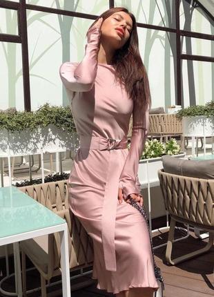 Элегатное шелковое платье по фигуре длиной миди с длинными рукавами и поясом