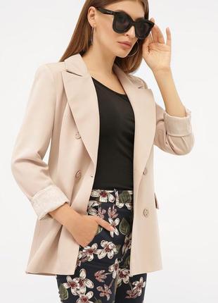 Двубортный бежевый пиджак с длинным рукавом