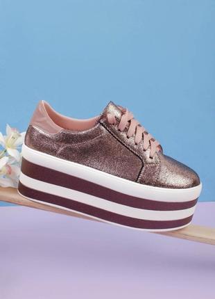 Стильные бронзовые кроссовки на платформе массивные модные кроссы хит