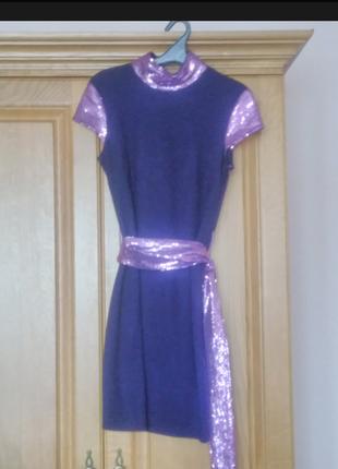 Красиве трикотажне плаття, сливового кольору, комбіноване фіолетовими паєтками.