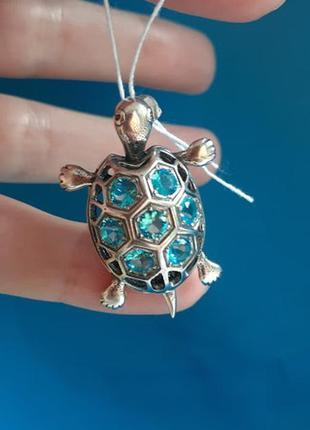 Серебряный кулон подвес черепаха с голубыми  камнями
