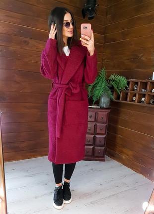 Бордовое фактурное пальто приталенное поясом