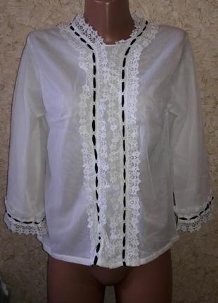 Оригинальная блуза из двойного капрона с оборками и черными лентами с пуговицами на спине