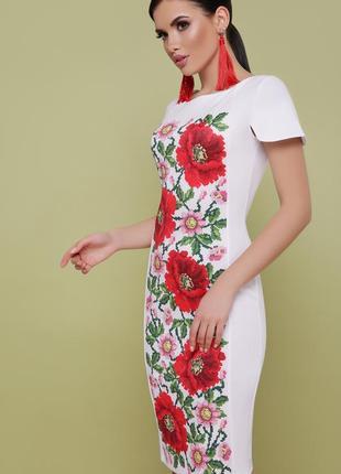 Платье белого цвета с цветами,