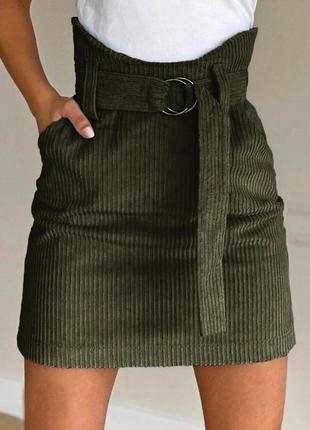 Женская вельветовая юбка с завышенной талией и поясом.