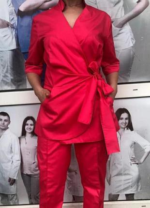 Модный женский медицинский костюм с курткой на запах.