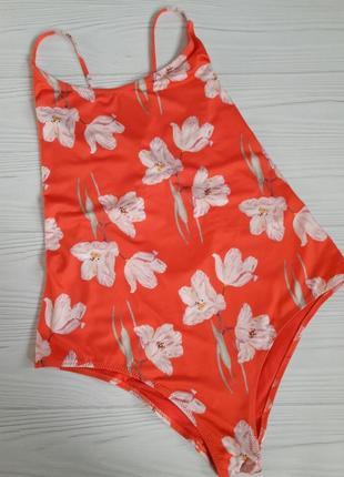 Яркий красный  купальник в цветочный принт
