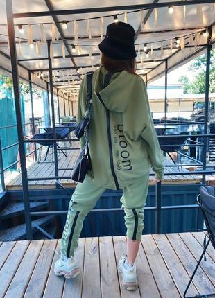 Шикарный спортивный костюм с молнией на спине