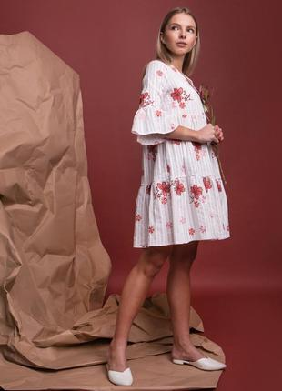 Красивое белое платье с рюшами