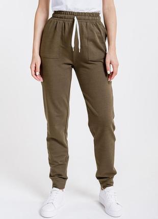 Женские спортивные штаны из трикотажа с накладными карманами