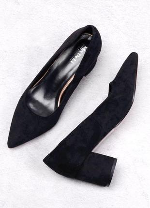 Стильные черные замшевые туфли лодочки на широком удобном каблуке модные хит