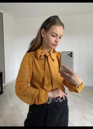 Блуза женская горчичного цвета с ажурными рукавами