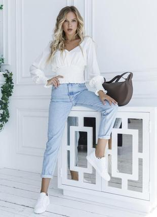Красивая молочно-белая укороченная блуза с жаткой