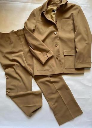 Стильный коричневый костюм
