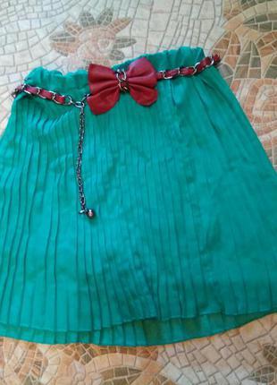 Зеленая юбка гофре с поясом