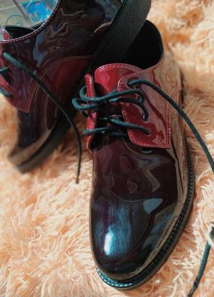 Класичне лакове взуття