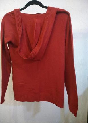 Красный пуловер с капюшоном