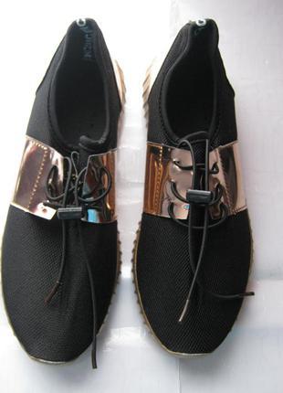 Дышащие кроссовки с зеркальными вставками