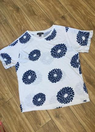 Белая футболка в темно синие цветы с кружевом по рукаву primark