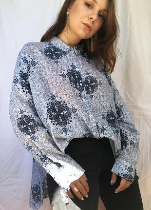 Легкая оригинальная рубашка в принт орнамент голубая оверсайз