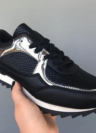 Кроссовки черные с серебристыми вставками