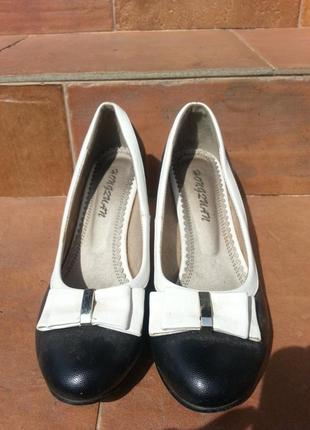 Туфли лодочки с бантиком на невысоком каблуке