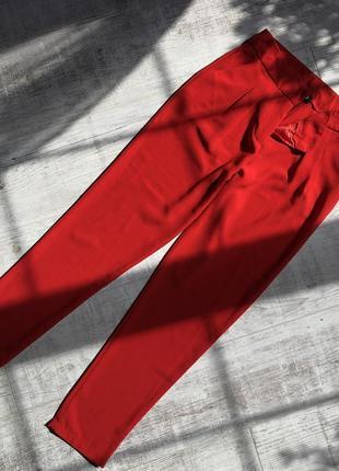 Алые брюки с защипами