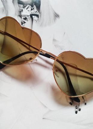 Очки солнцезащитные в форме сердца коричневый с зелёным