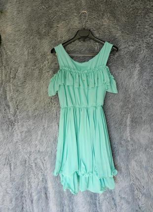 Шифоновое платье плисе с открытыми плечами и воланами