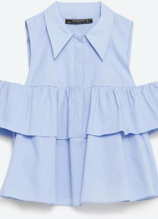 Голубая хлопковая блуза zara с воланом и открытыми плечами