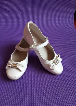 Туфли белого цвета ф.kapike длина стельки 21 см. 33 размер.