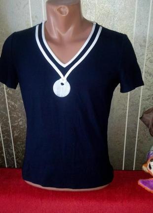 Трикотажная футболка с кулоном в классическом стиле