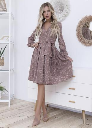 Светло-коричневое в горошек платье на запах